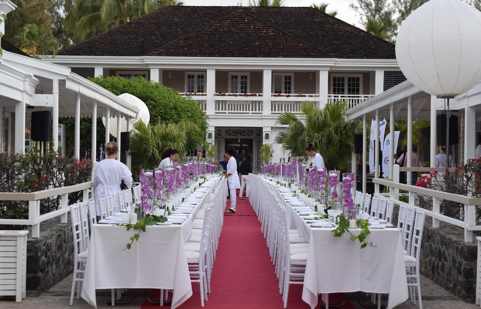 Le dîner de l'AASA a eu lieu devant l'entrée de l'hôtel...