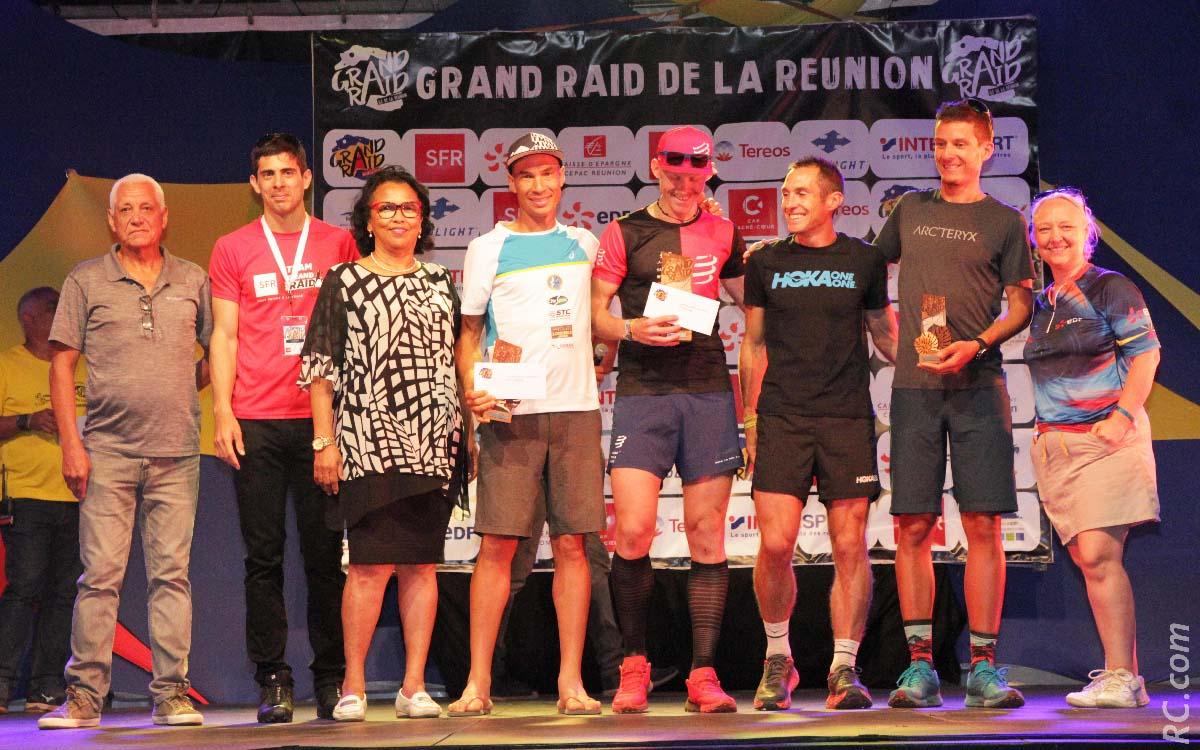 Quand les champions sont sur le podium, en présence des officiels, dont le président de la Ligue d'Athlétisme, Jean-Claude Prianon. Le réconfort après l'effort