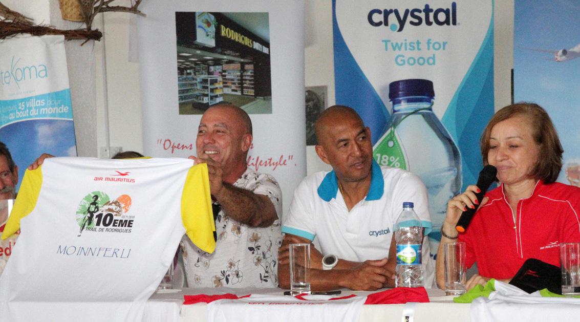 Aux côtés de Ken Ho Tun Nam de la société Crystal et Phenix, et de Nathalie Biram, Dominique Barret présente le maillot de la course