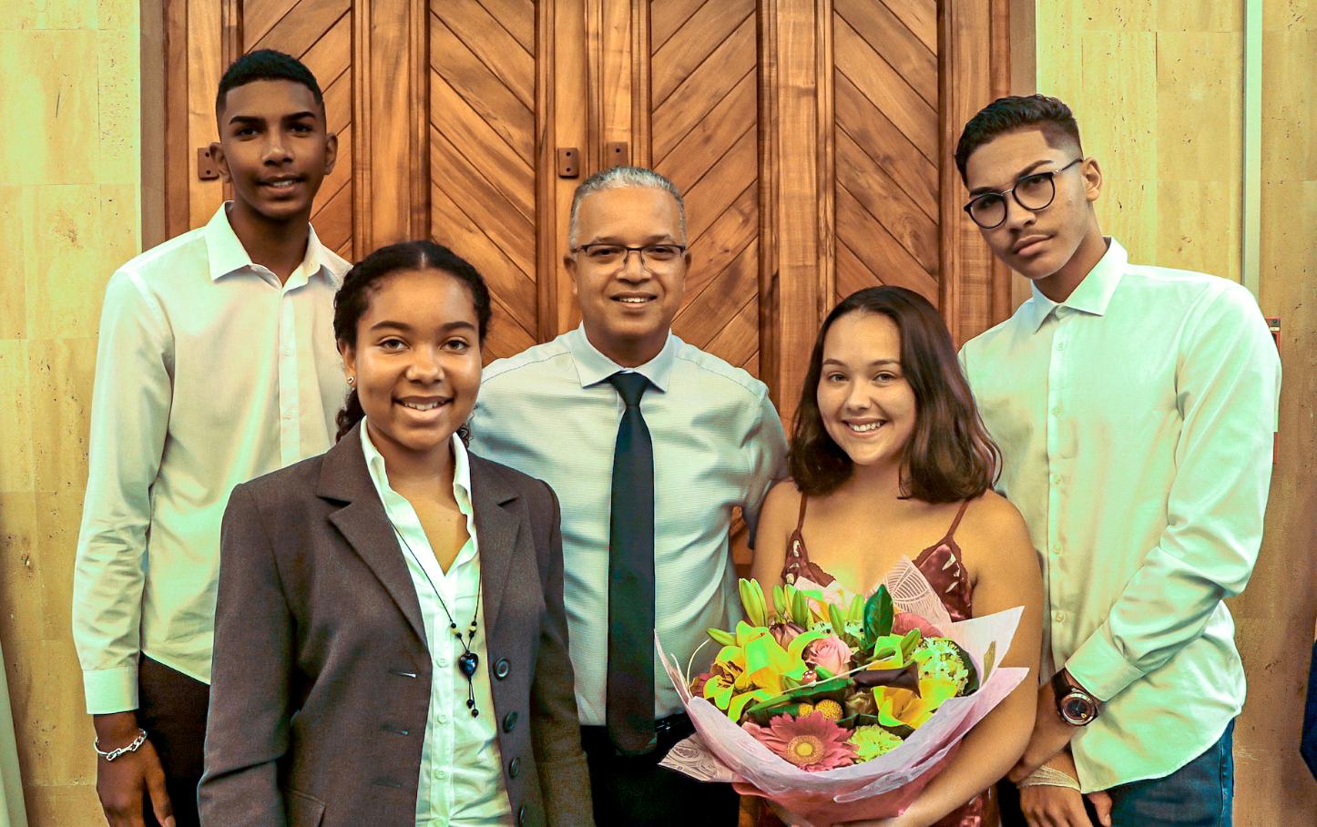 Cyrille Melchior avec Mélissa Beaucamps, nouvelle présidente, Elodie Boyer, la sortante (avec le bouquet), et les nouveaux vice-présidents Alan Mangata et Loïk Lebon