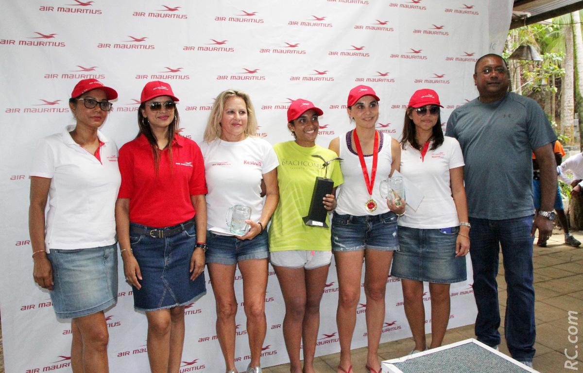Le podium des féminines, avec les félicitations de Ashwin Ramjeet, de Air Mauritius
