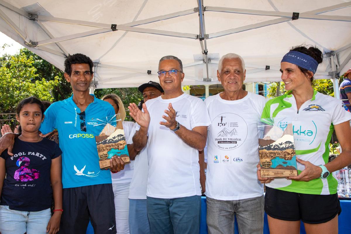 Les félicitations des présidents Cyril Melchior du Conseil Départemental et Jean-Claude Prianon de la Ligue Réunionnaise d'Athlétisme, aux vainqueurs du trail: Eddy Narayanin et Jennifer Sauvage