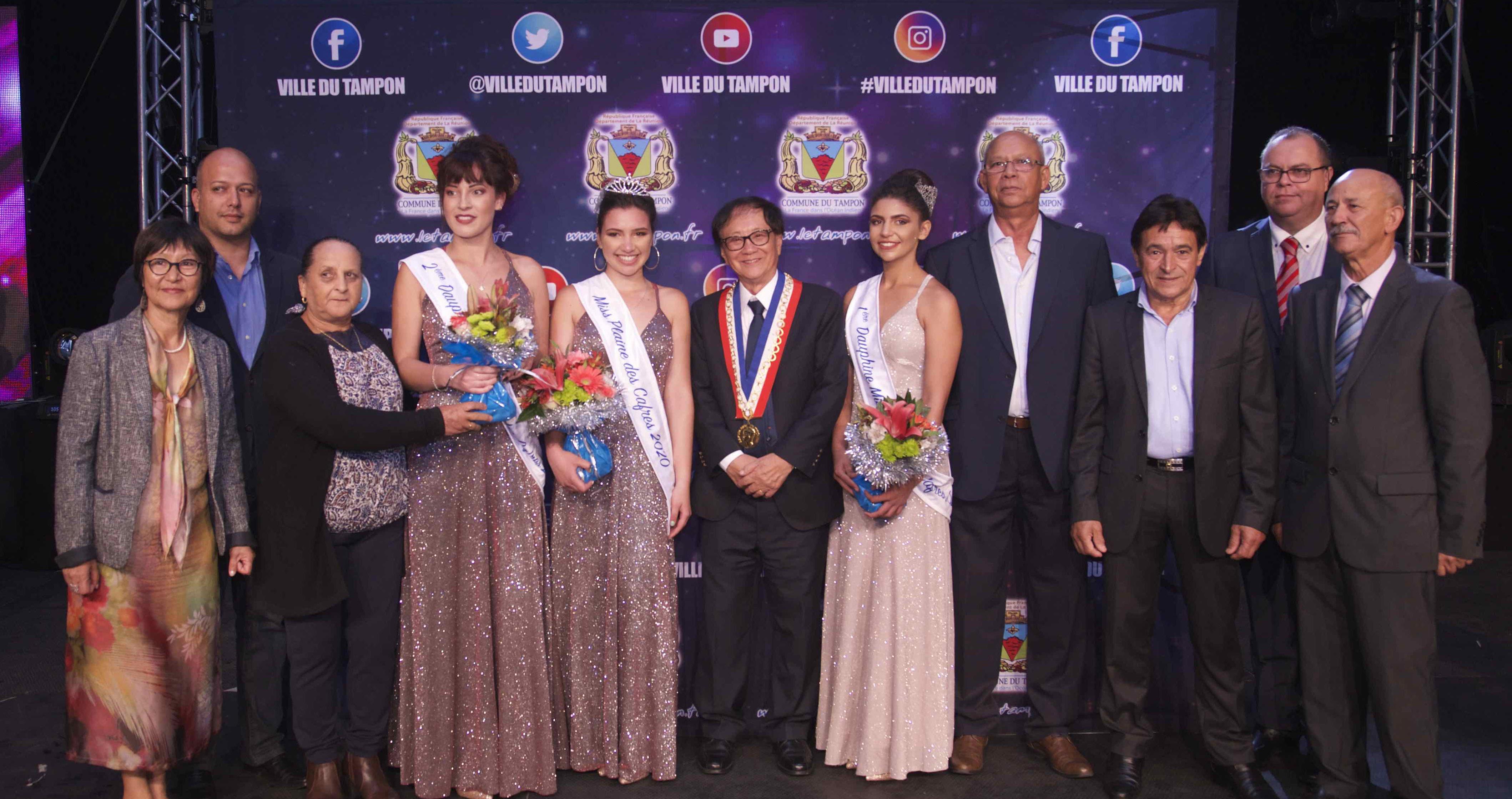 Les lauréates avec le maire et les élus de la commune du Tampon