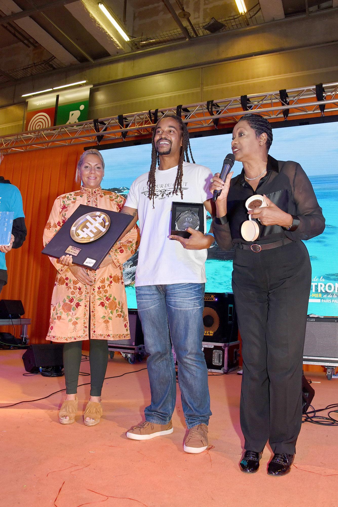 Remise du prix Coup de coeur de la presse avec un trophée créé par Hermine de Clermont-Tonnerre