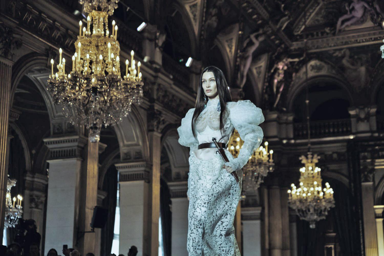 Bella Hadid, magnifique en robe de mariée...