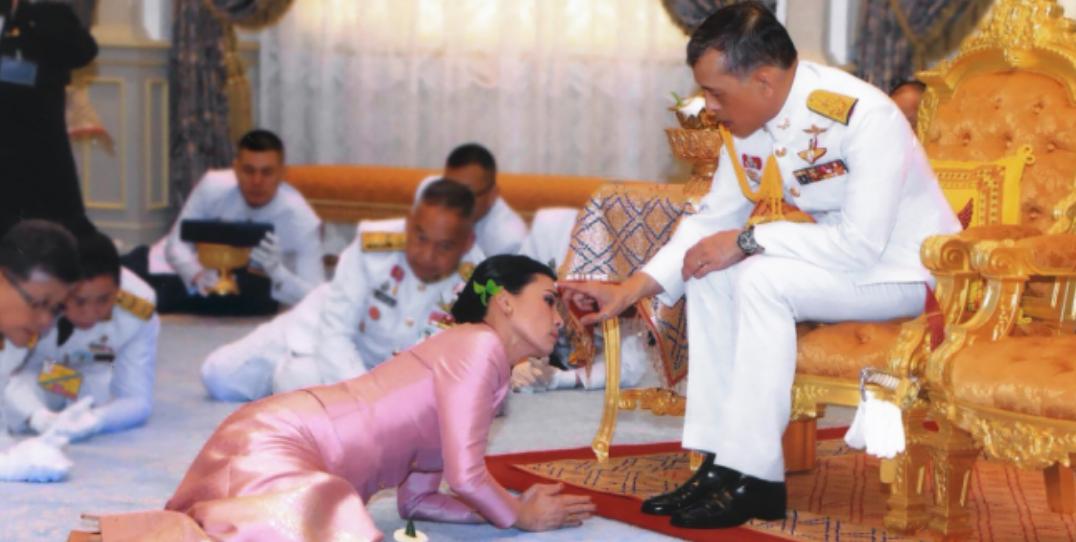 Un harem de 20 femmes soumises avec le roi...