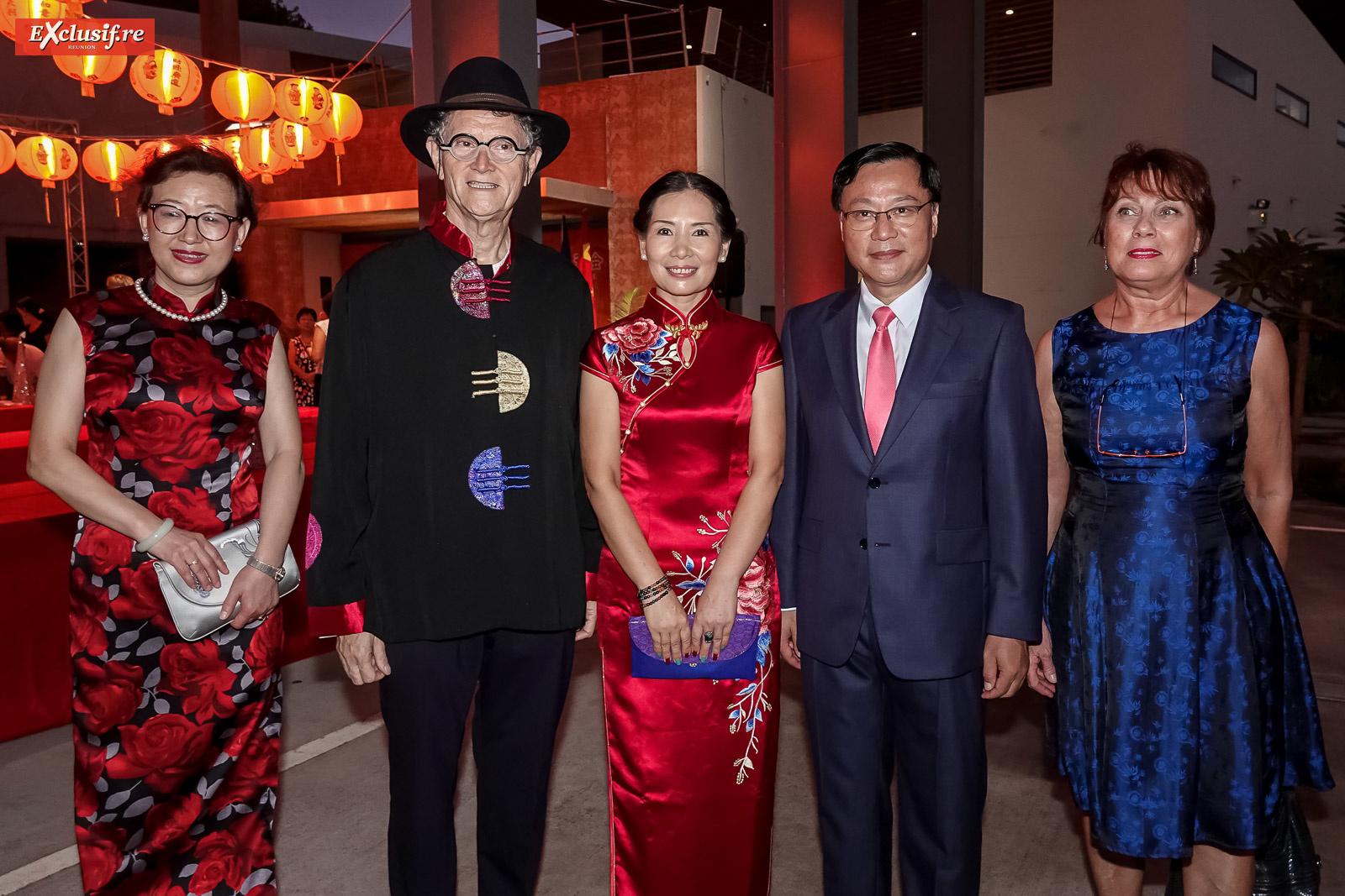 Yang Qing, vice-consule générale de Chine à La Réunion, René-Louis Pastel, président de la Cité des Arts, Dong Zhijiao, son époux Chen Zhihong, Consul Général de la République populaire de Chine à La Réunion, et Martine Pestel