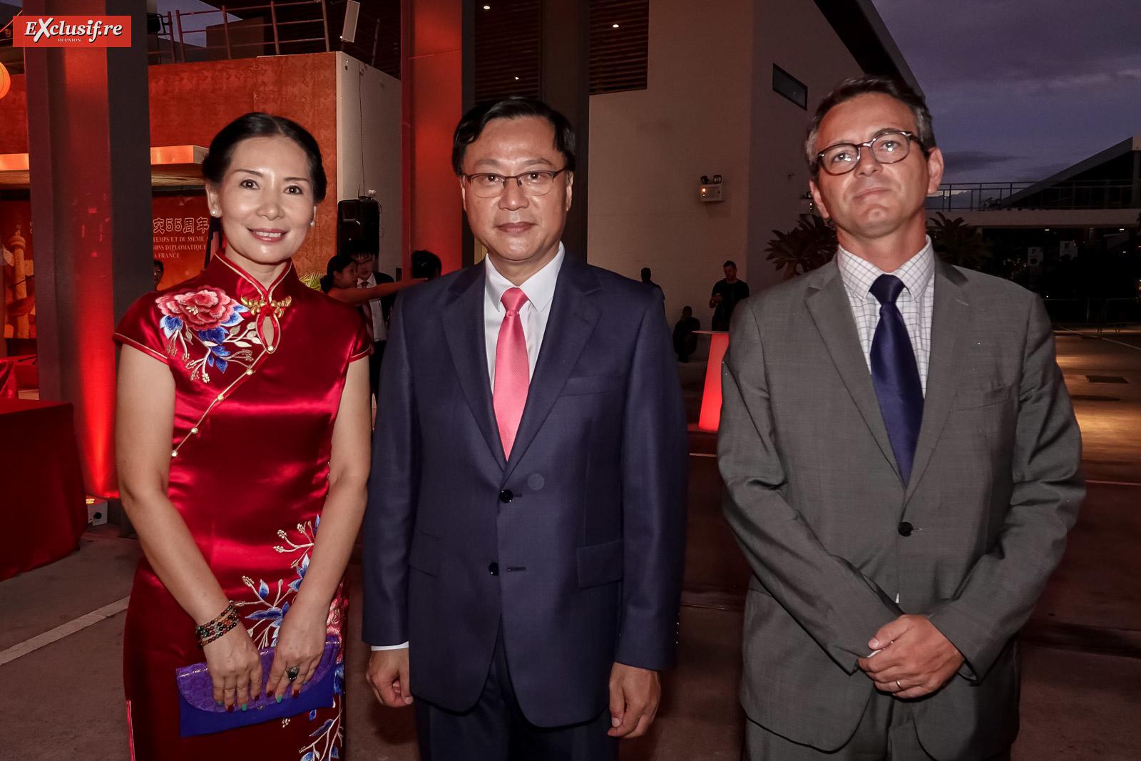 Dong Zhijiao, son époux Chen Zhihong, Consul Général de la République populaire de Chine à La Réunion, et Laurent Chevalier, Conseiller diplomatique du Préfet
