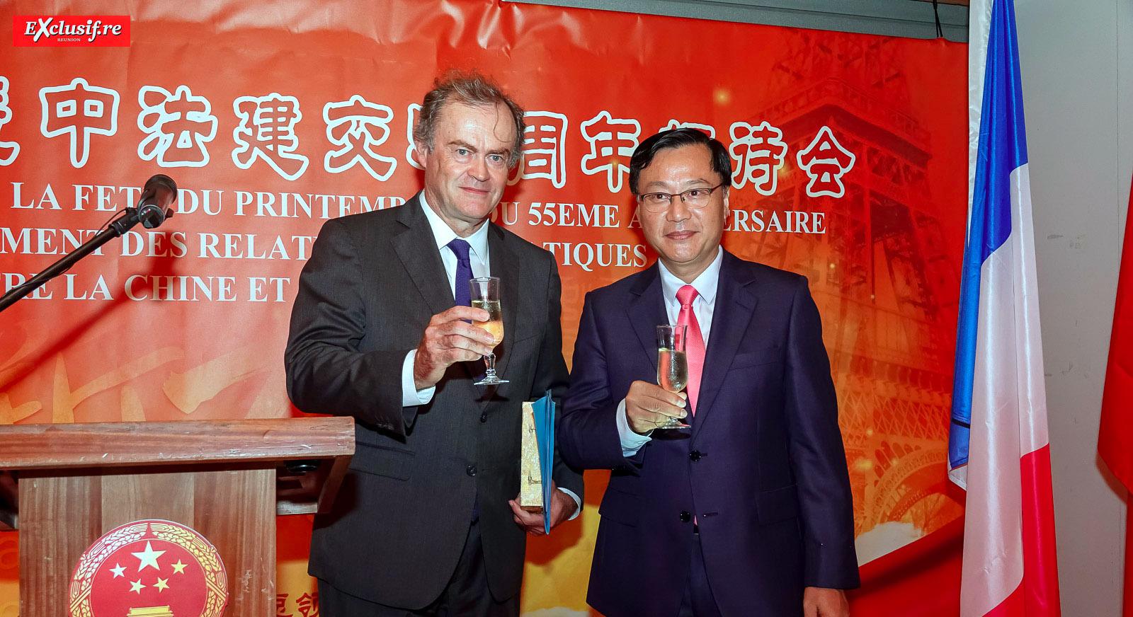 Amaury de Saint-Quentin, Préfet de La Réunion, et Chen Zhihong, Consul Général de la République populaire de Chine à La Réunion, trinquent à la nouvelle année du Cochon de terre