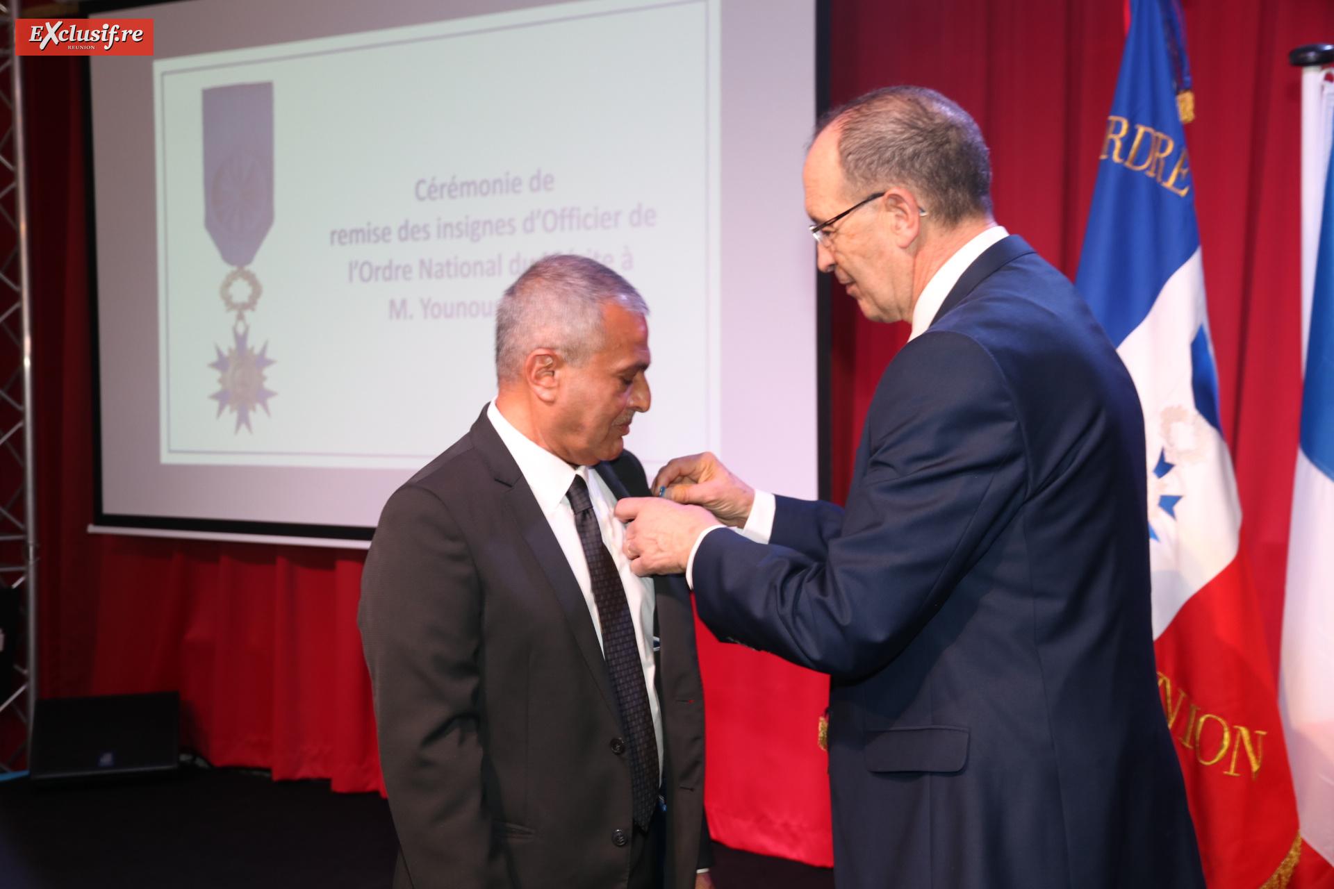 Younous Ravate a reçu sa médaille des mains de Michel Hadj, colonel de l'Armée de l'Air