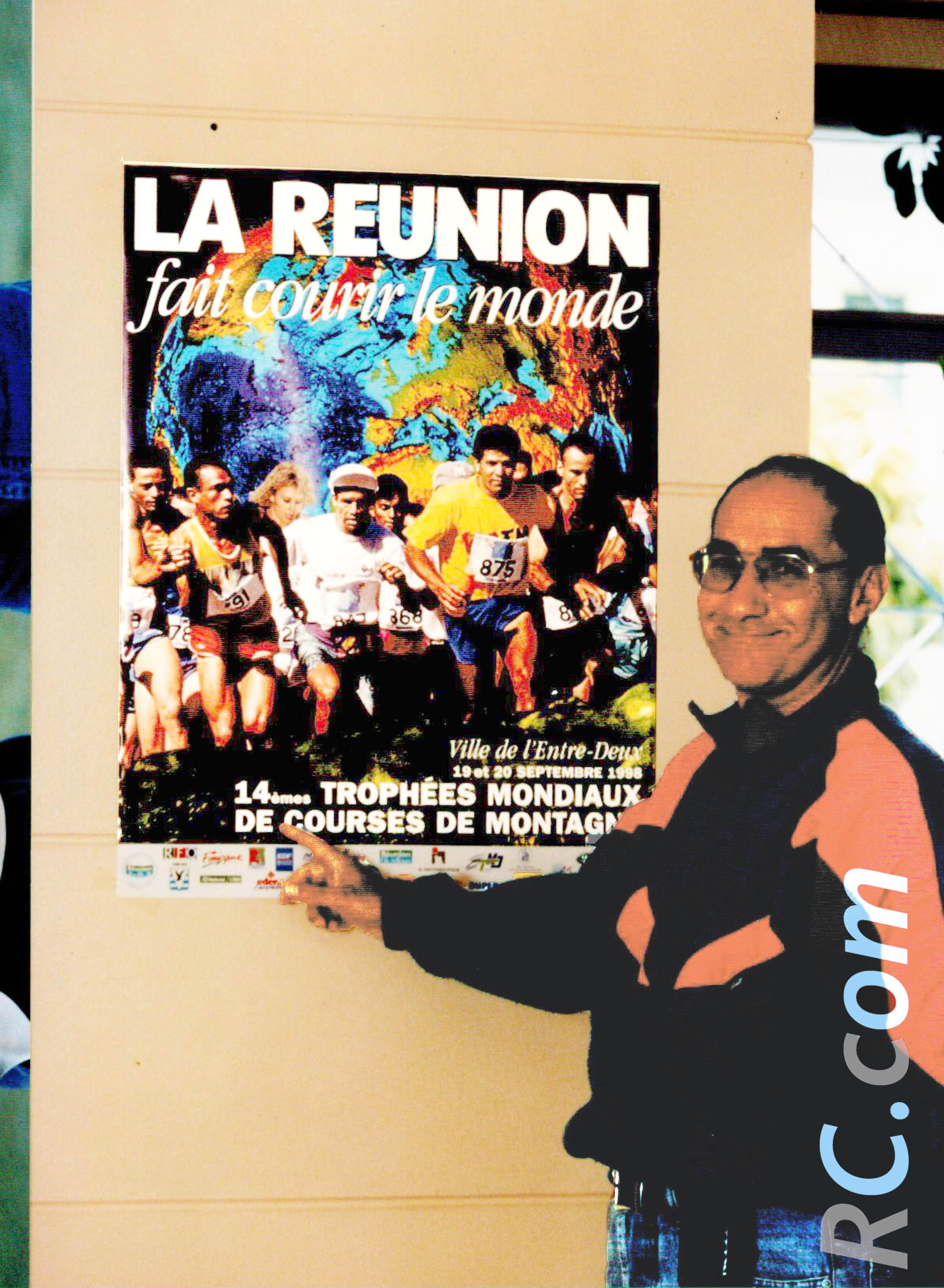 Axel Hoareau devant l'affiche des Trophées Mondiaux