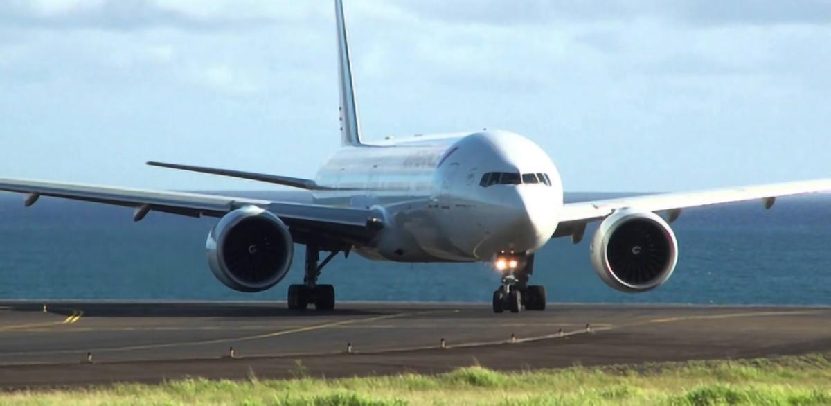 A l'arrivée de l'avion, direction centre dédié ou domicile sous surveillance