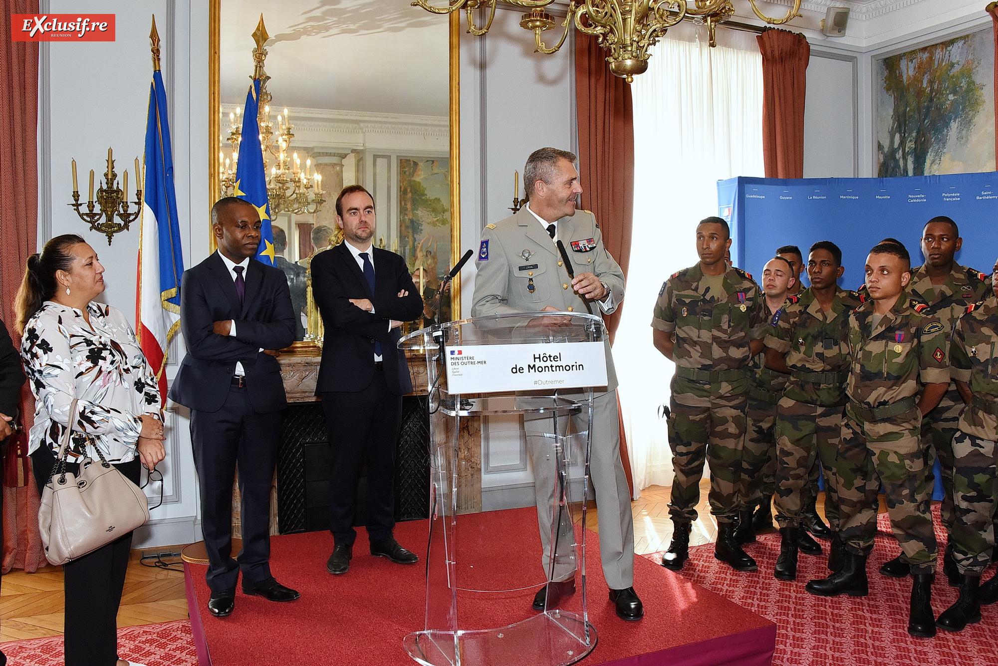 Le général Thierry Laval, commandant le SMA, présente au ministre la délégation, sous le regard de Maina Sage, députée de la Polynésie française, et du vice-président du Sénat, Thani Mohamed Soilihi, de Mayotte.