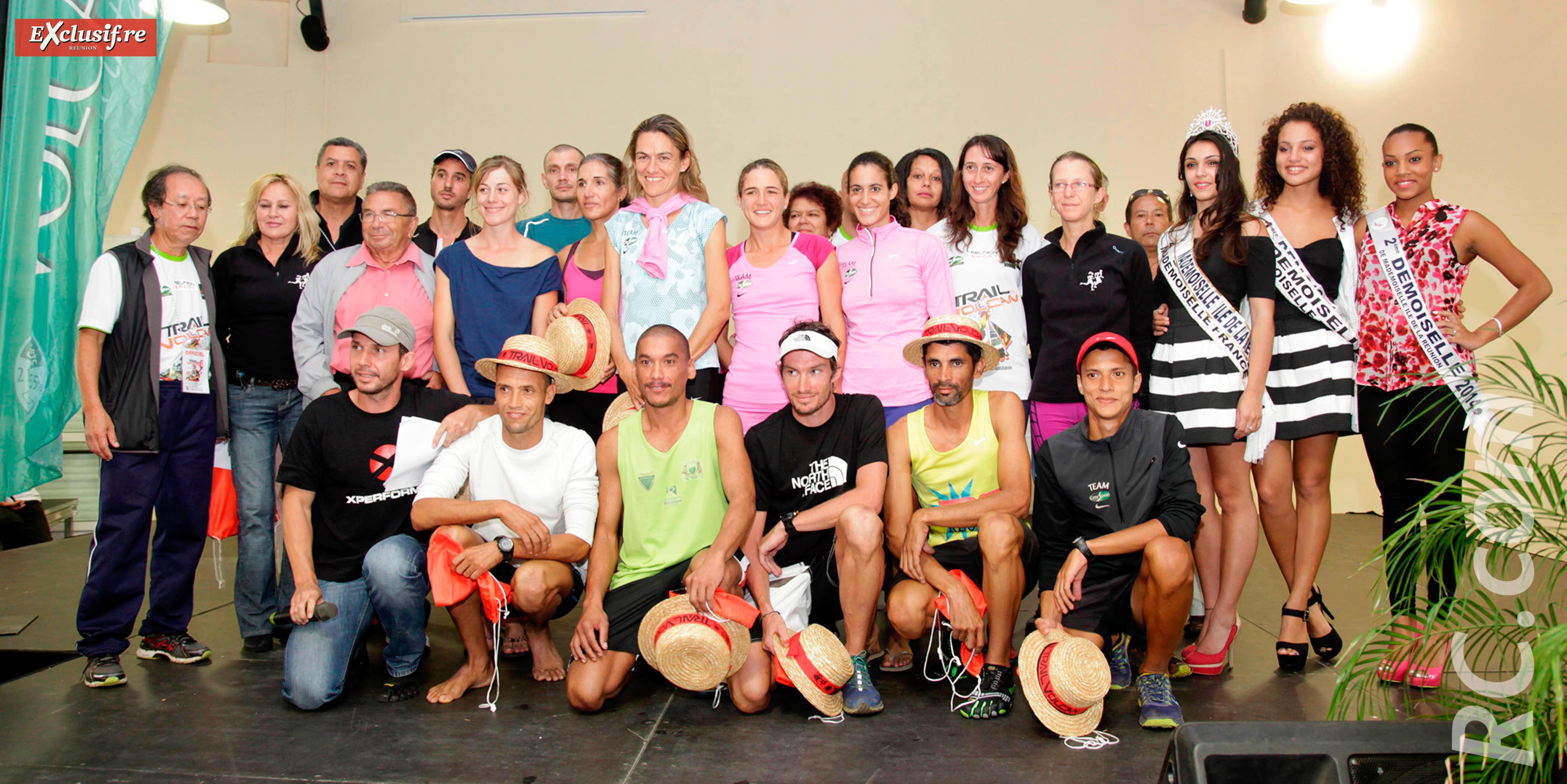 Une belle photo-souvenir de l'ancien gardien du volcan avec les gagnants et les officiels du Trail du Volcan
