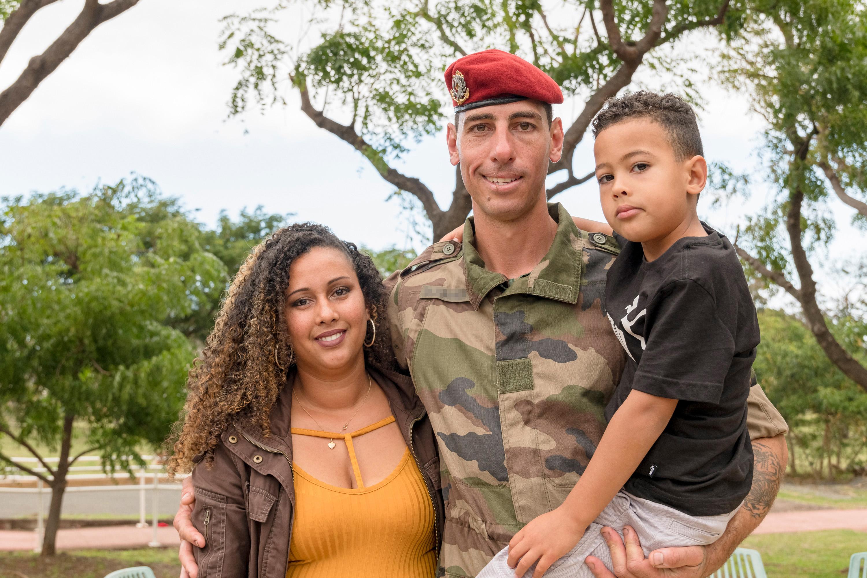 Soldat Damien Alexandre avec son épouse et leur fils