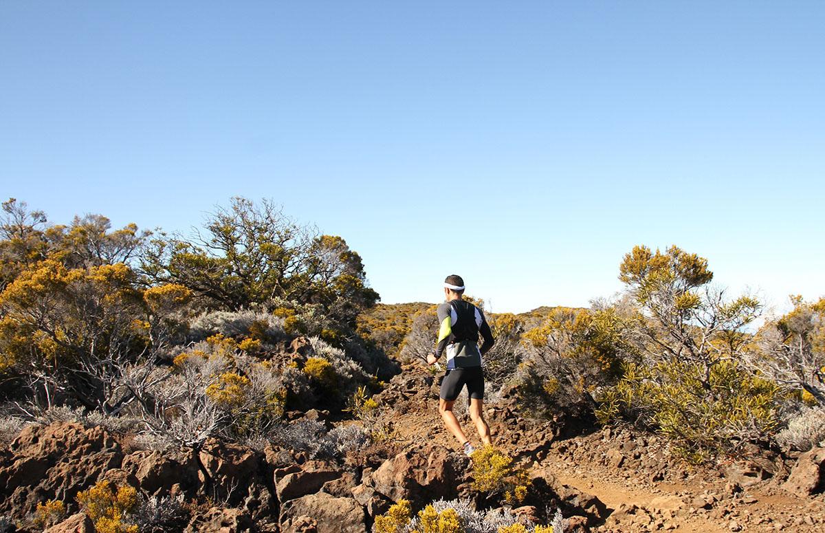 Tiens, un  traileur à la découverte des sentiers du volcan...