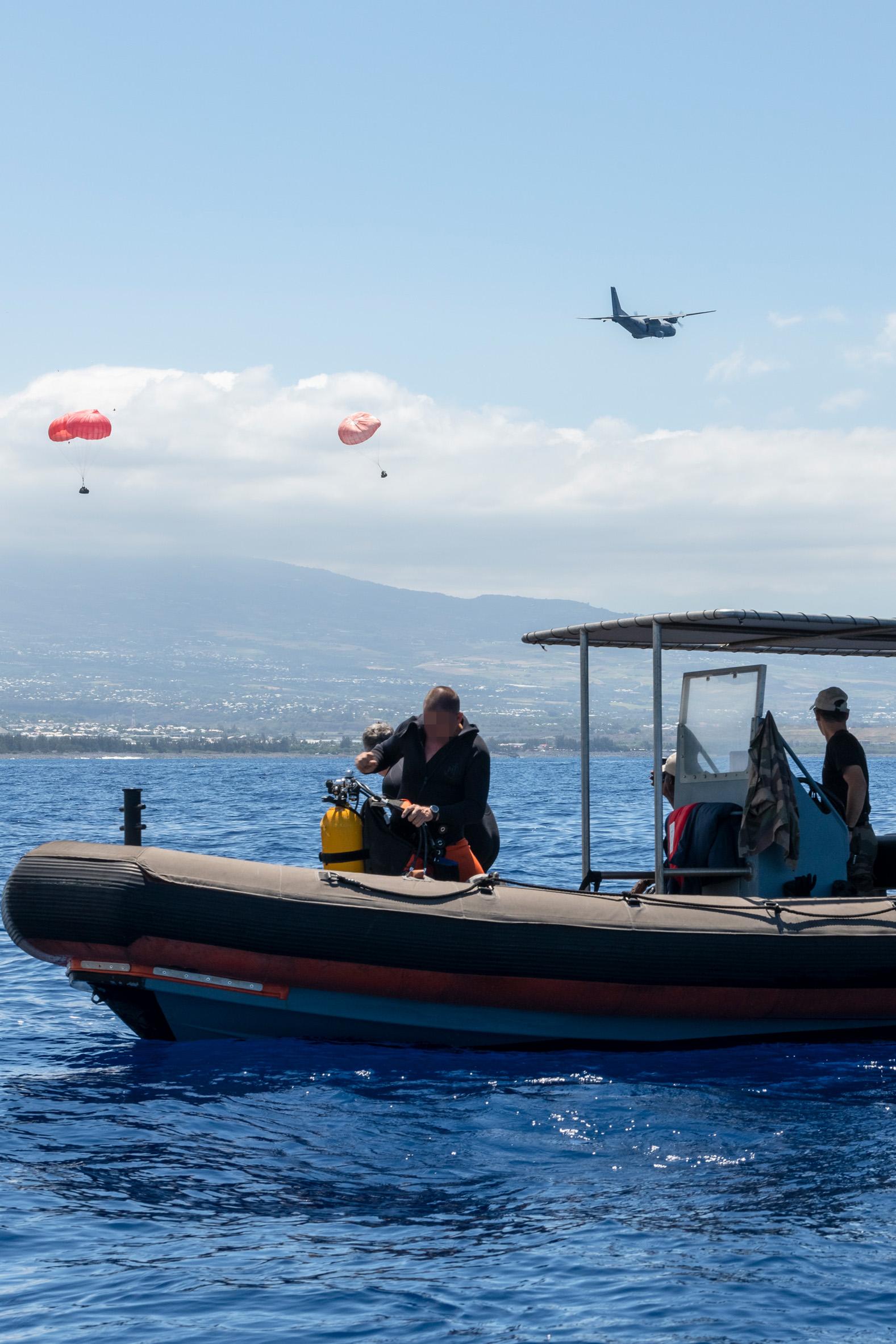 Les plongeurs de la base navale ont assuré la sécurité face au risque requin, à partir des embarcations du 2e RPIMa.