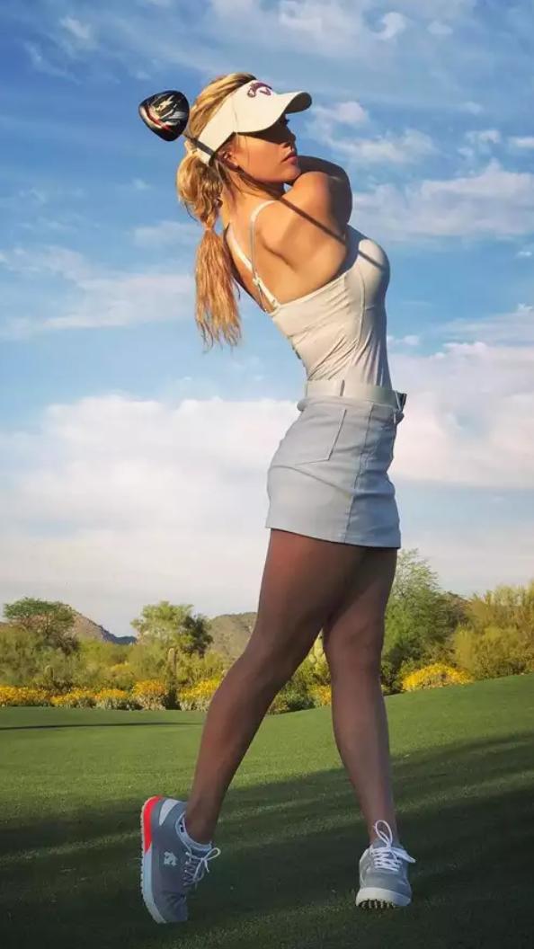 Elle sait très bien jouer au golf...