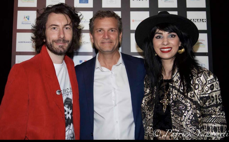 Olivier Rivière, maire de Saint-Philippe, entouré de Nicolas Luquet et Aurélia Mengin, organisateurs du Festival MEME PAS PEUR