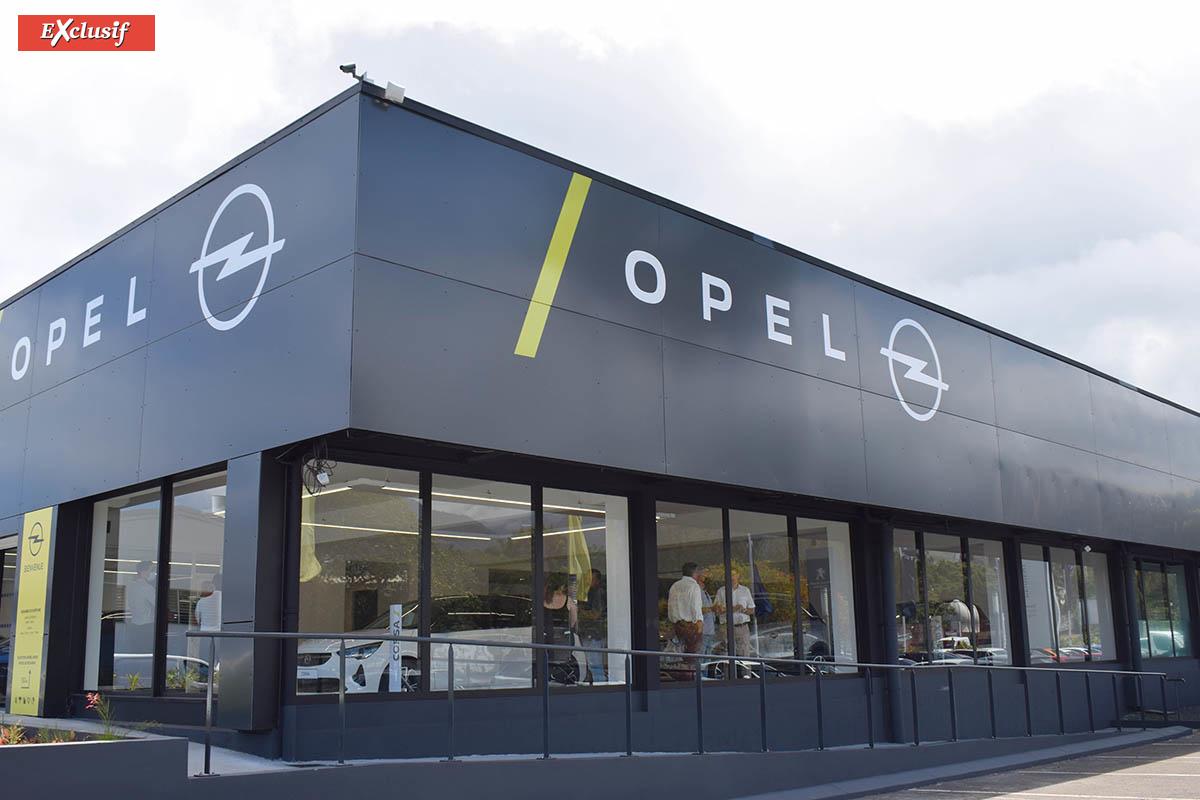 Le showroom d'Opel se trouve à Sainte-Clotilde, à côté de Peugeot