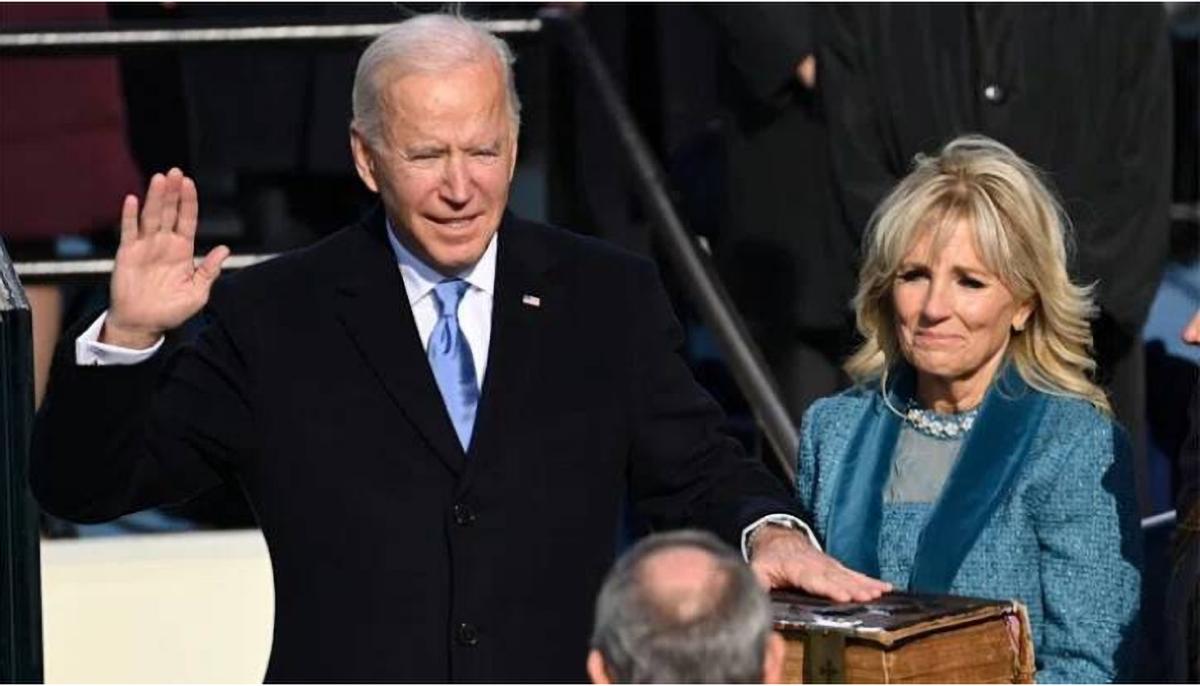 Joe Biden prêtant serment aux côtés de son épouse Jill, désormais First Lady