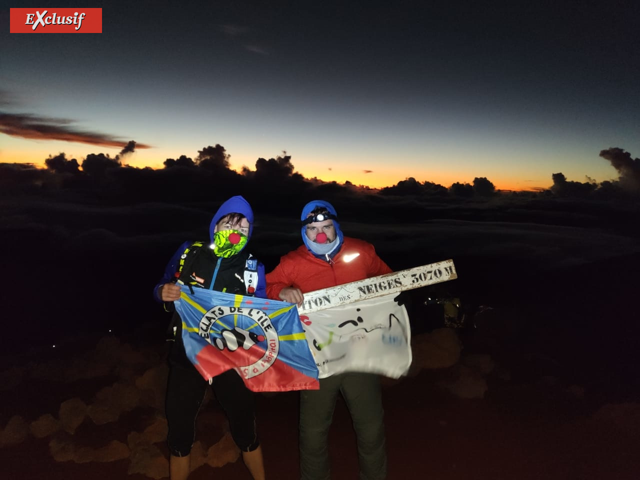 Delphine et Damien sont montés sur le toit de La Réunion avec la banderole de Réuni Tour. Tout un symbole!