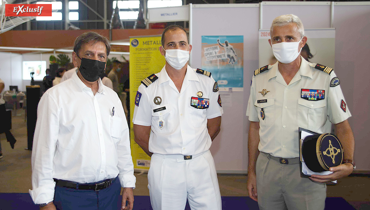 Aziz Patel, d'Exclusif Réunion, le colonel Julien Maurel, désormais ex-chef de corps du RSMA-R, et le Chef de bataillon Loïc Lefeuvre du RSMA-R