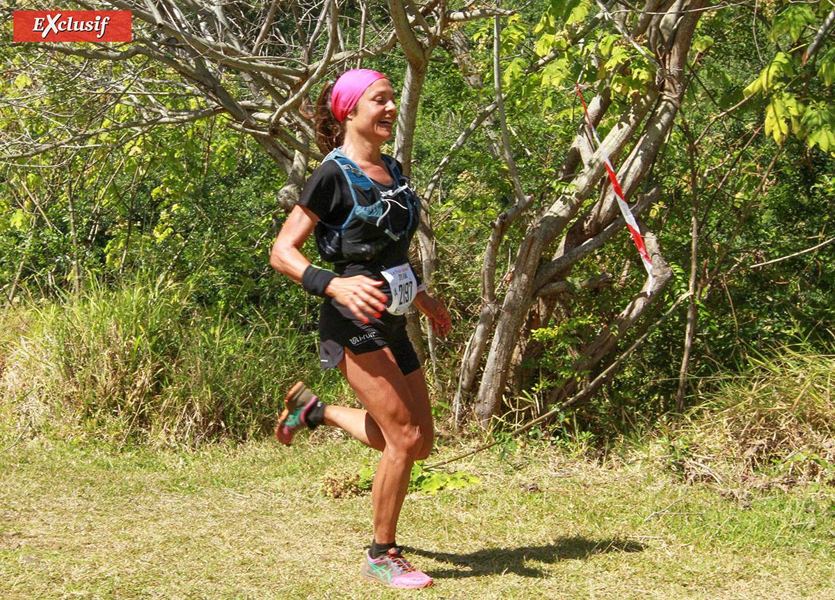 Sylvaine Cussot, en tournage dans l'île pour le compte de e.motion trail, n'a pas hésité à mouiller le maillot.