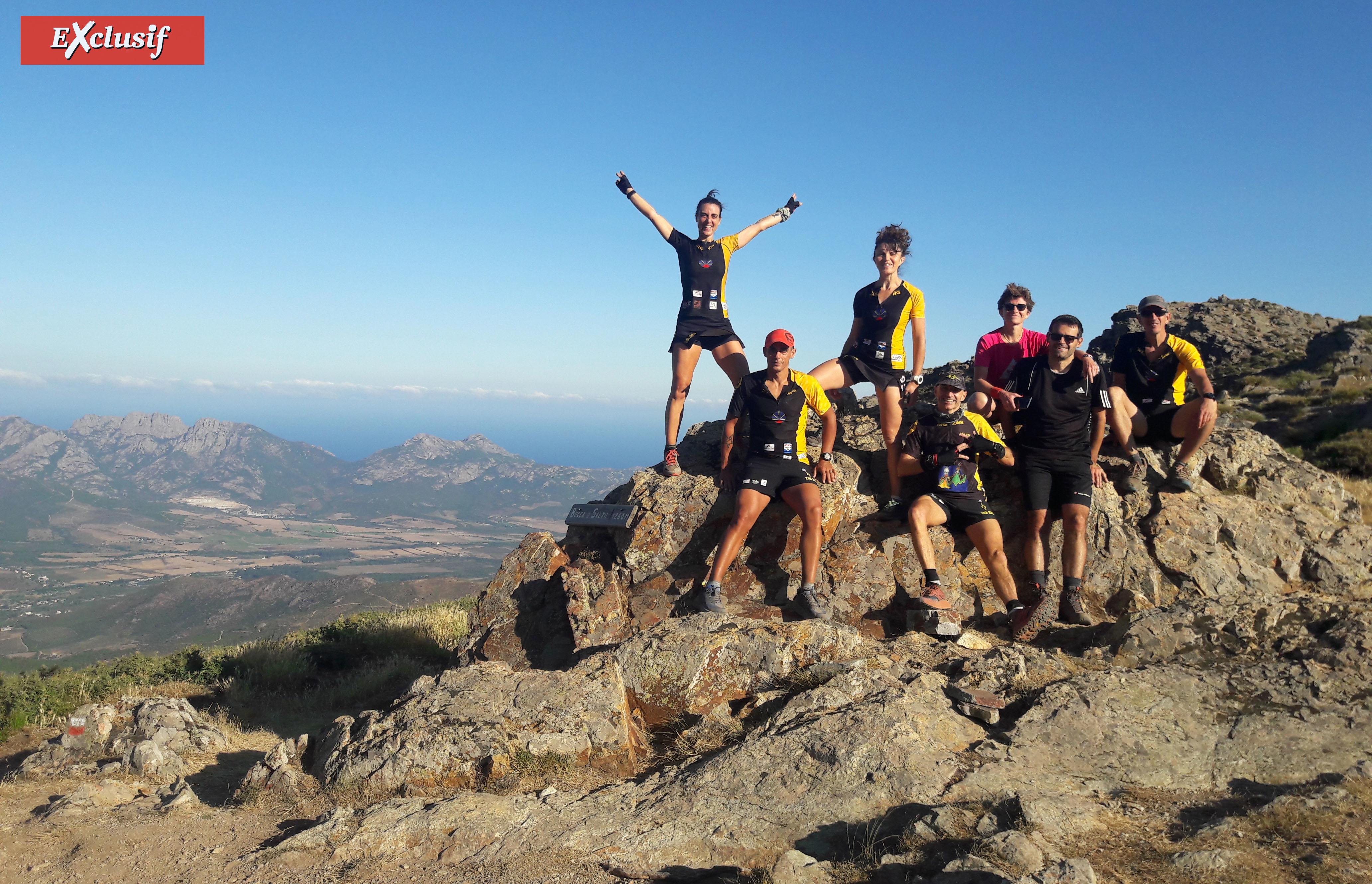 Le groupe de dalons de sentiers au complet, au passage de leur 1er col: Bocca à u Saltu. De gauche à droite: Zagathe, René-Fred, Faby, Yann, Marie, Fabrice et Djé