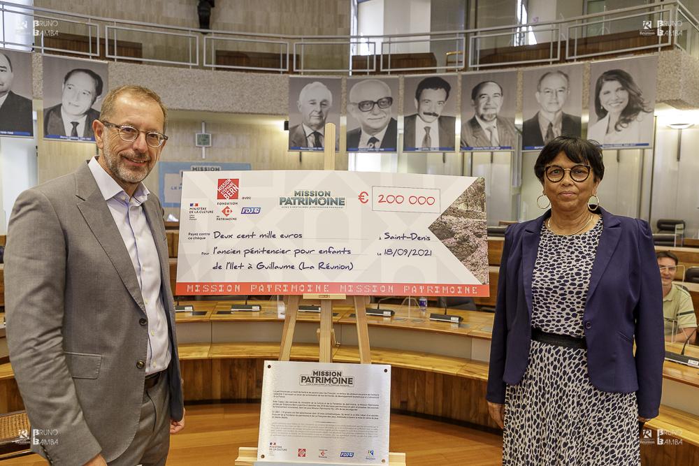 Frédéric Vezy, responsable des agences de la FDJ, et Béatrice Sigismeau, vice-présidente du Département déléguée aux affaires culturelles