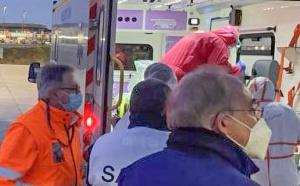 L'avion d'Air Austral a atterri à Paris à 5h30 ce vendredi matin avec les 4 patients qui ont alors été transférés vers les hôpitaux