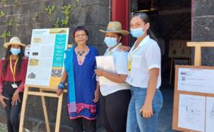 Dominique Dambreville (au centre) de l'APVPM, était présente avec les élèves des lycées Mémoona Hinterann et de Plateau Caillou, pour accueillir les visiteurs