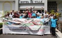 Devant la mairie de Saint-Philippe, autour du maire et des organisateurs du Challenge...